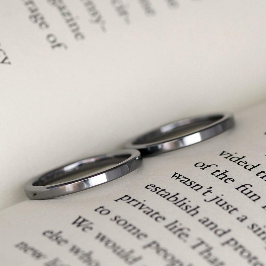 シンプルな角線形状のタンタル結婚指輪