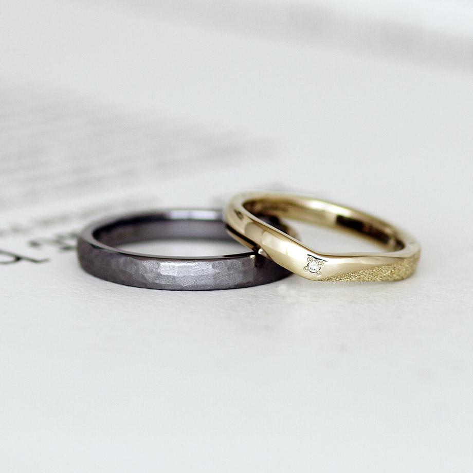 鎚目模様のタンタル結婚指輪