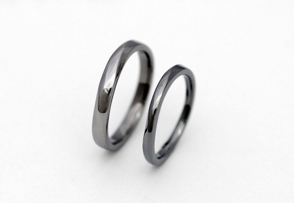 ひねりデザインのタンタルの結婚指輪
