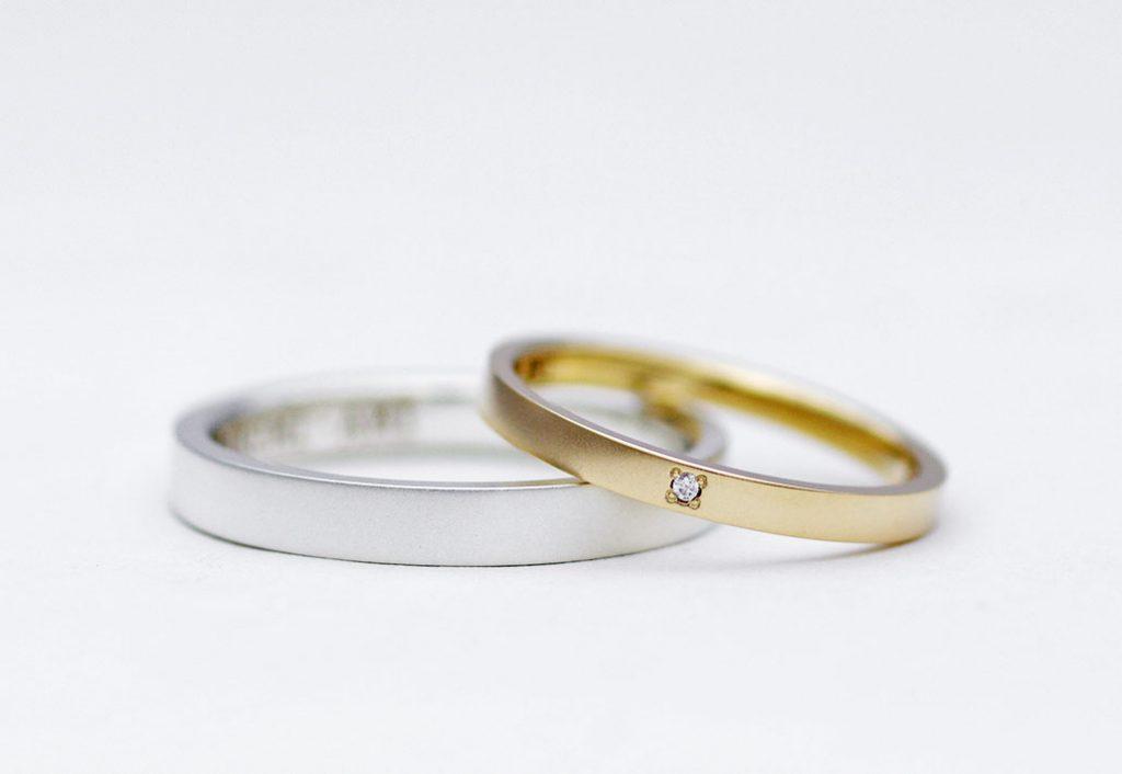 シルバーと10金イエローゴールド素材のシンプルなペアリング