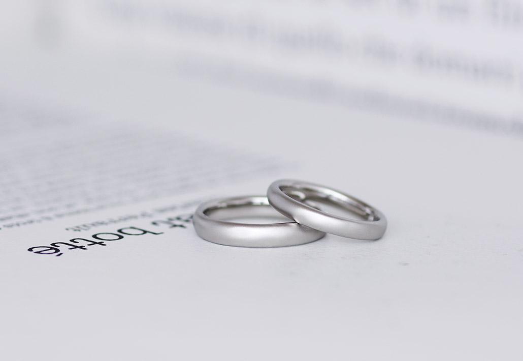 フルオーダーでお作りしたラフ仕上げのご結婚指輪(平置き)