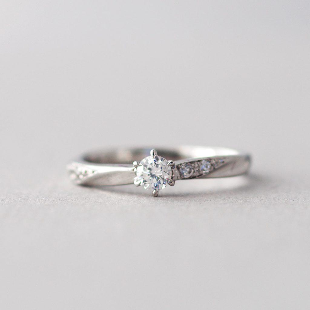 シンプルなひねりの婚約指輪(エンゲージリング・プロポーズリング)