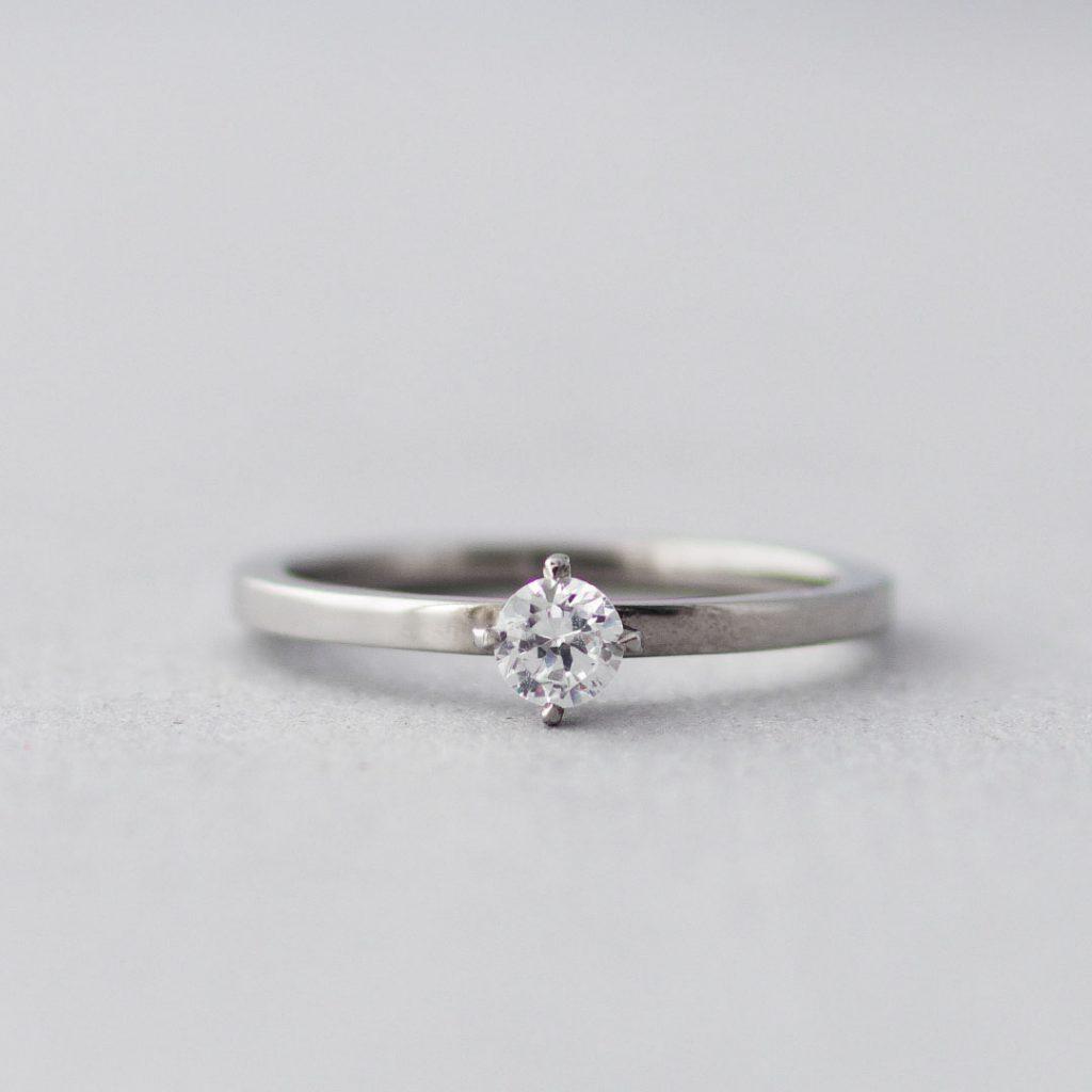 シンプルな婚約指輪(エンゲージリング)
