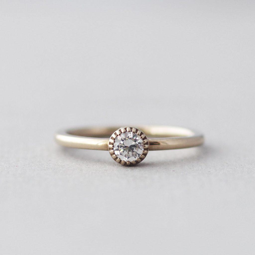 シンプルなミル打ちの婚約指輪(エンゲージリング・プロポーズリング)