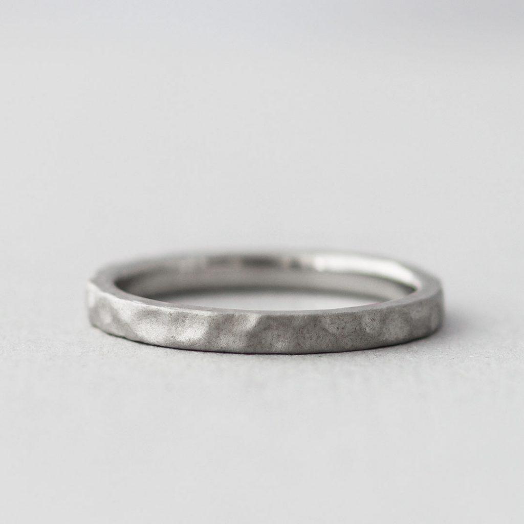 鎚目のシンプルな結婚指輪(マリッジリング)