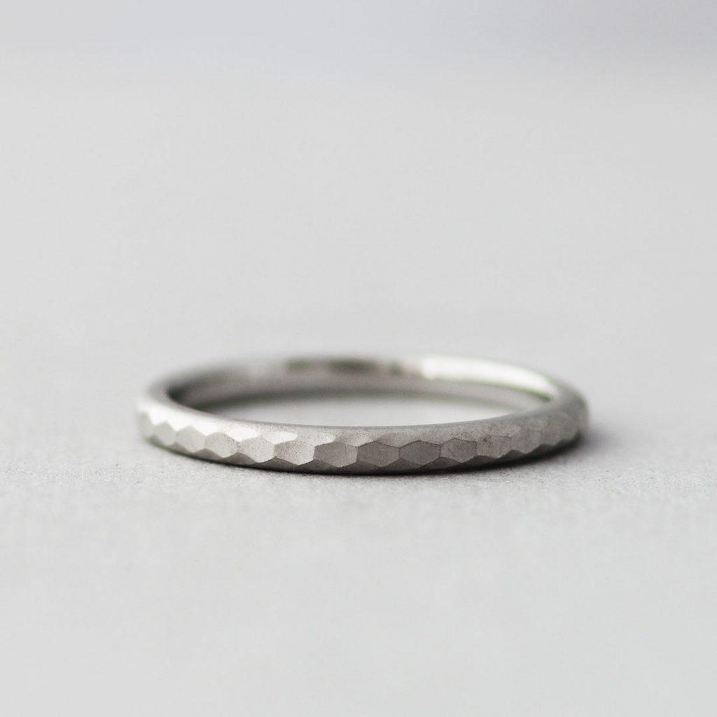 シンプルな鎚目の結婚指輪(マリッジリング)