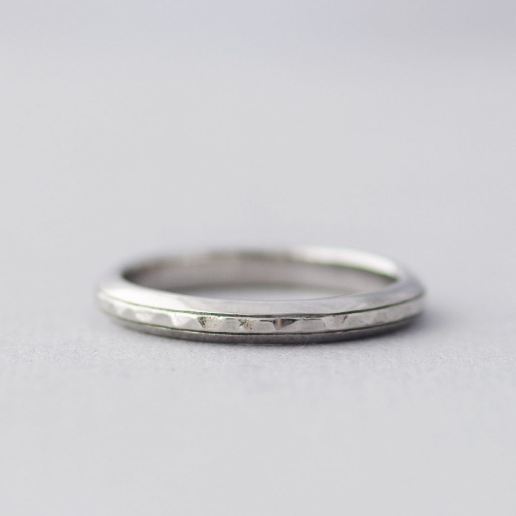 槌目のシンプルな結婚指輪(マリッジリング)