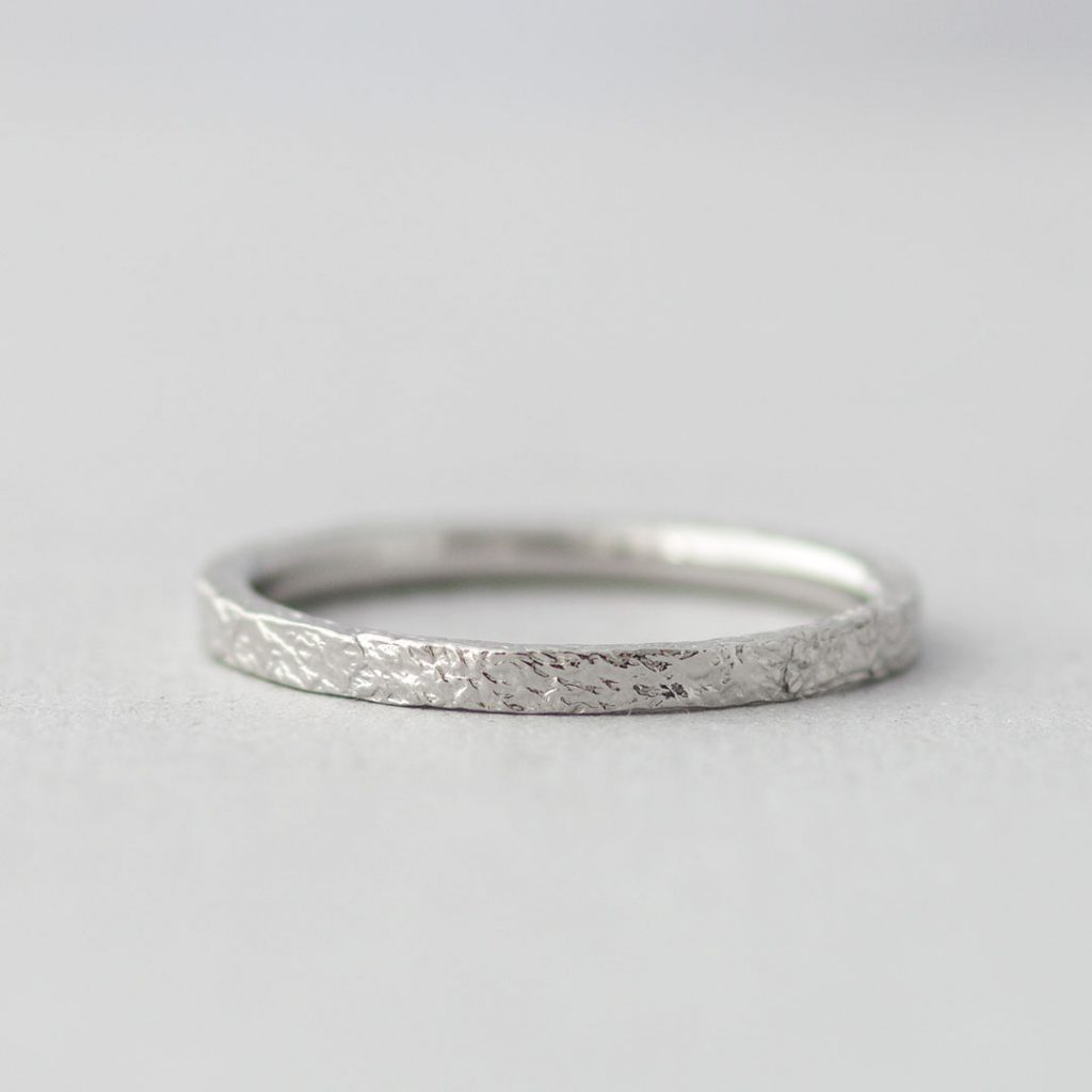 個性的なテクスチャの結婚指輪(マリッジリング)