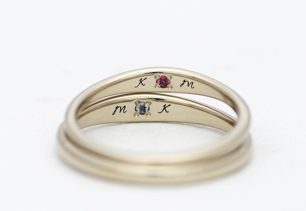 誕生石とイニシャルの入った結婚指輪(マリッジリング)