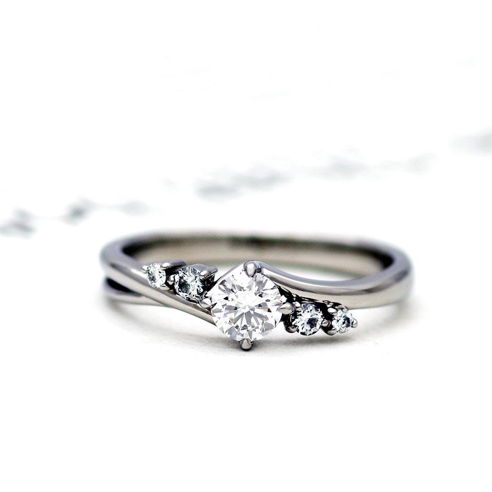 アシンメトリーなデザインの婚約指輪(エンゲージリング)