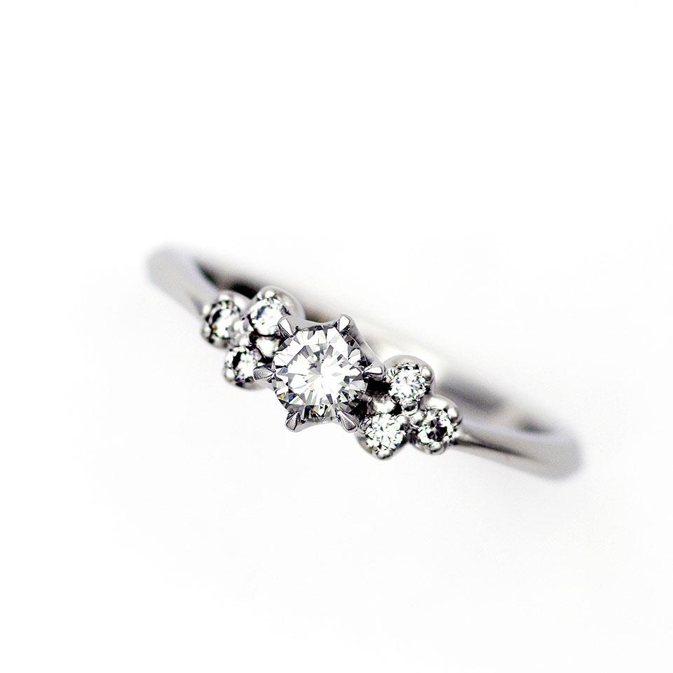 メレダイヤが花束みたいなデザインの婚約指輪(エンゲージリング)