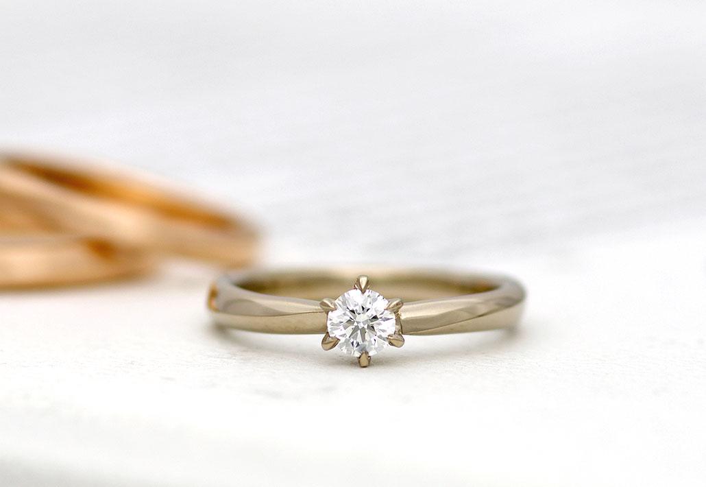 ブラウンゴールド素材のシンプルな婚約指輪(エンゲージリング)