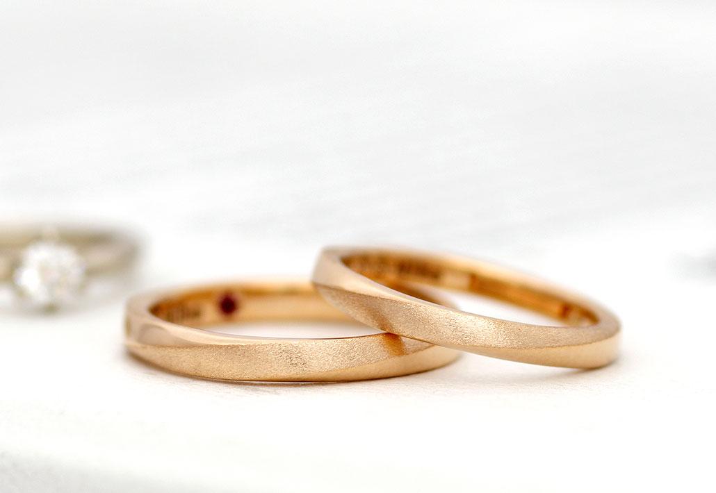 18金のピンクゴールドを使ったシンプルな結婚指輪(マリッジリング)