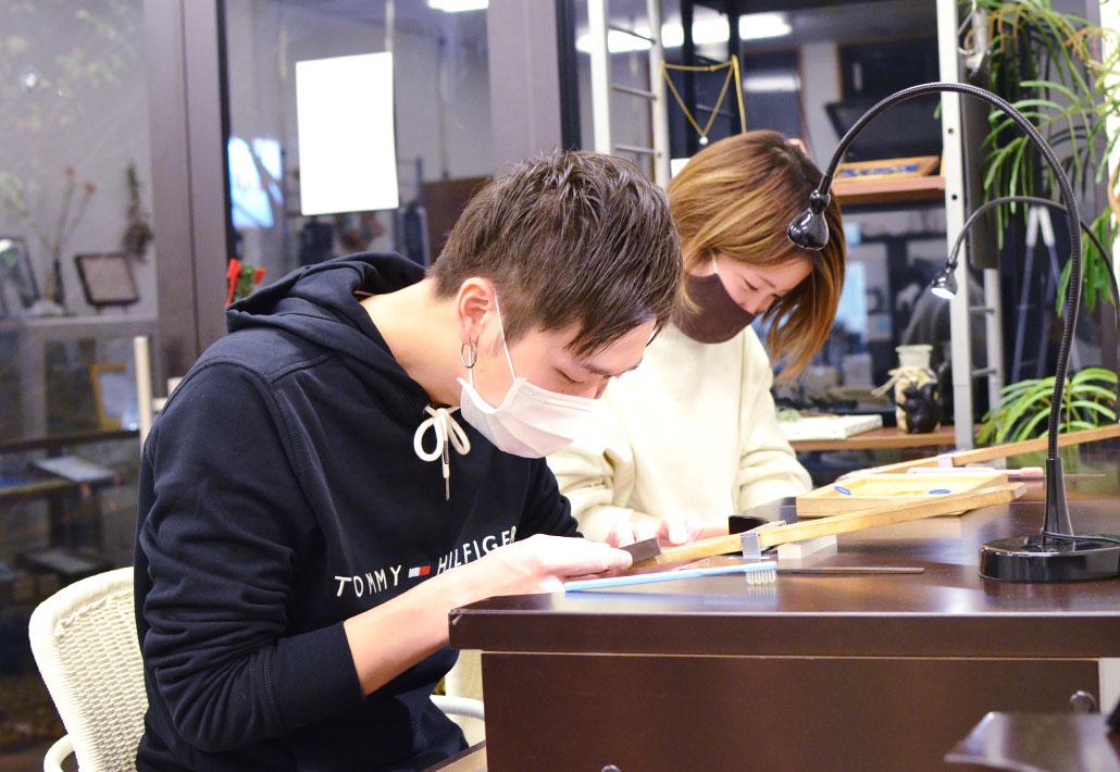 アトリエクラム長岡店でブライダルリングを手作りしているカップル