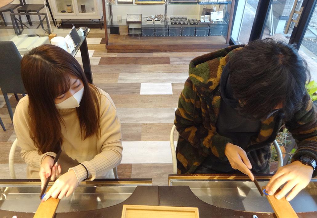 アトリエクラム長岡店で結婚指輪(マリッジリング)を手作りするカップル