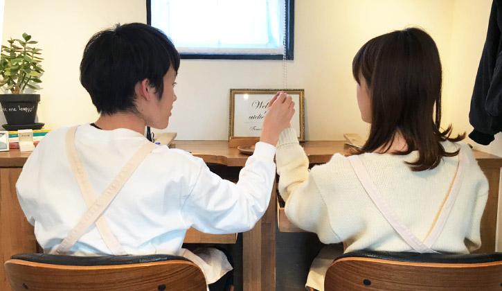 新潟市のアトリエクラムで結婚指輪(マリッジリング)を手作りしているカップル