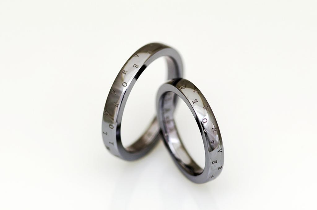 表面刻印のタンタルの結婚指輪