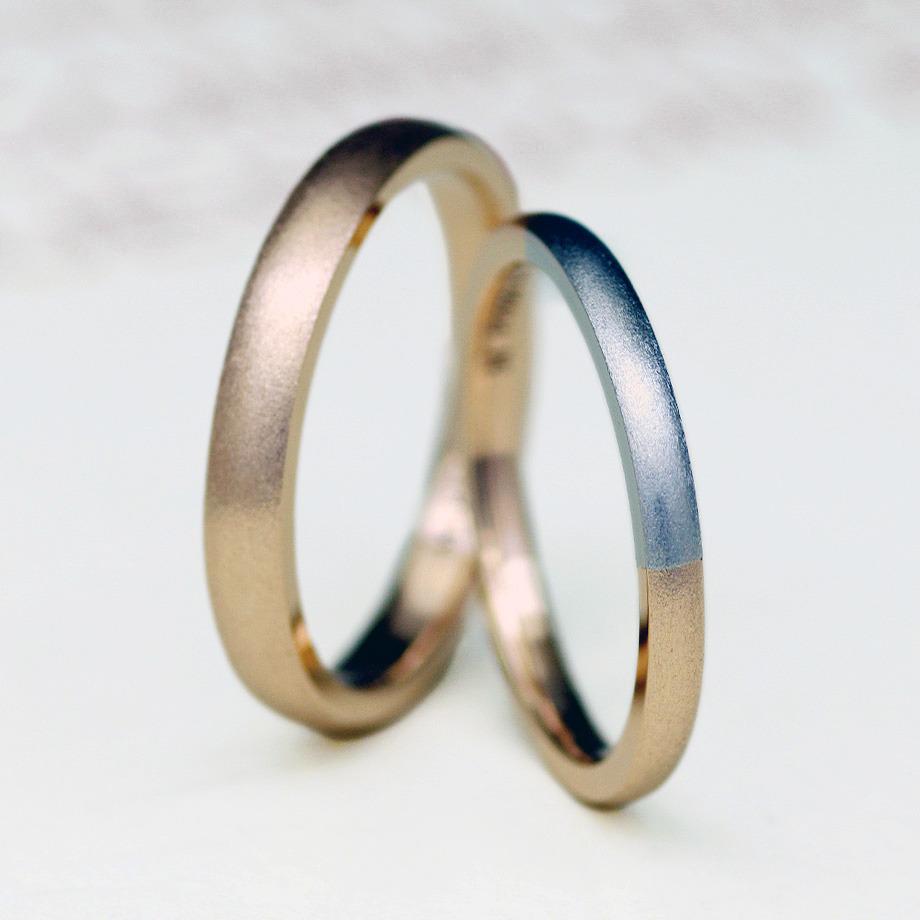 シンプルでおしゃれな2色使いの結婚指輪