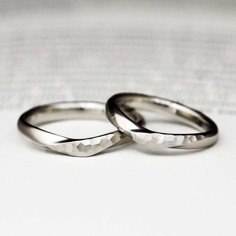 部分的な鎚目がかっこいいプラチナの結婚指輪