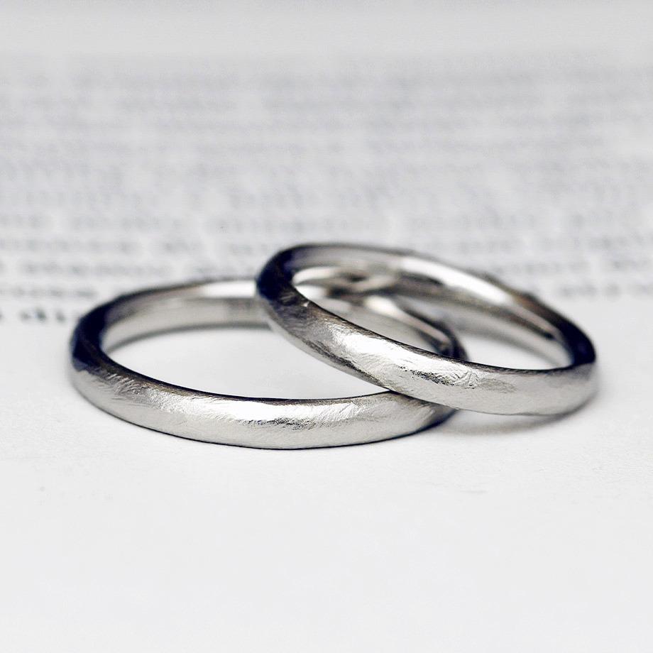 手作り感を残したプラチナの結婚指輪