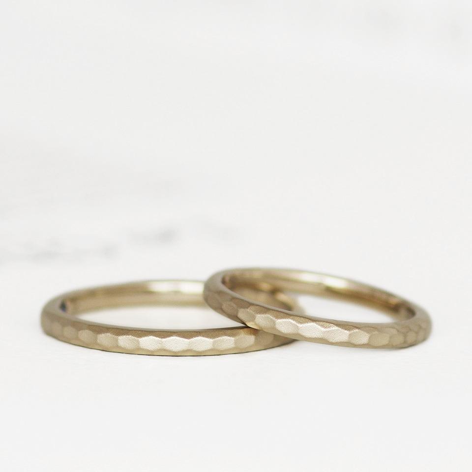 幾何学的で繊細なテクチャの結婚指輪
