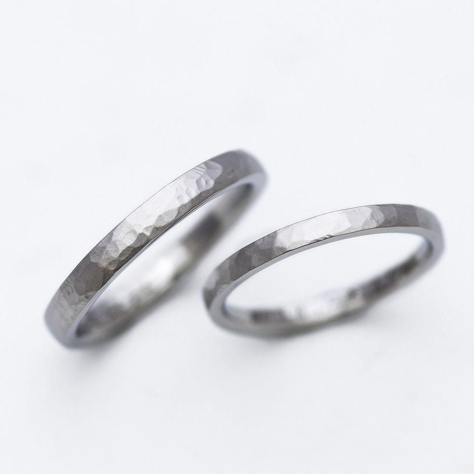 鍛造で手作りしたつや消しと鎚目模様の結婚指輪