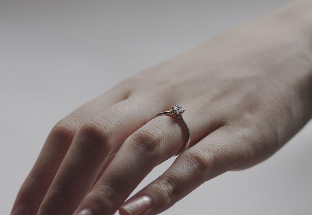 新作婚約指輪の着画