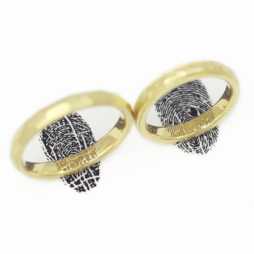 お互いの指紋をリングの内側に刻印したデザイン