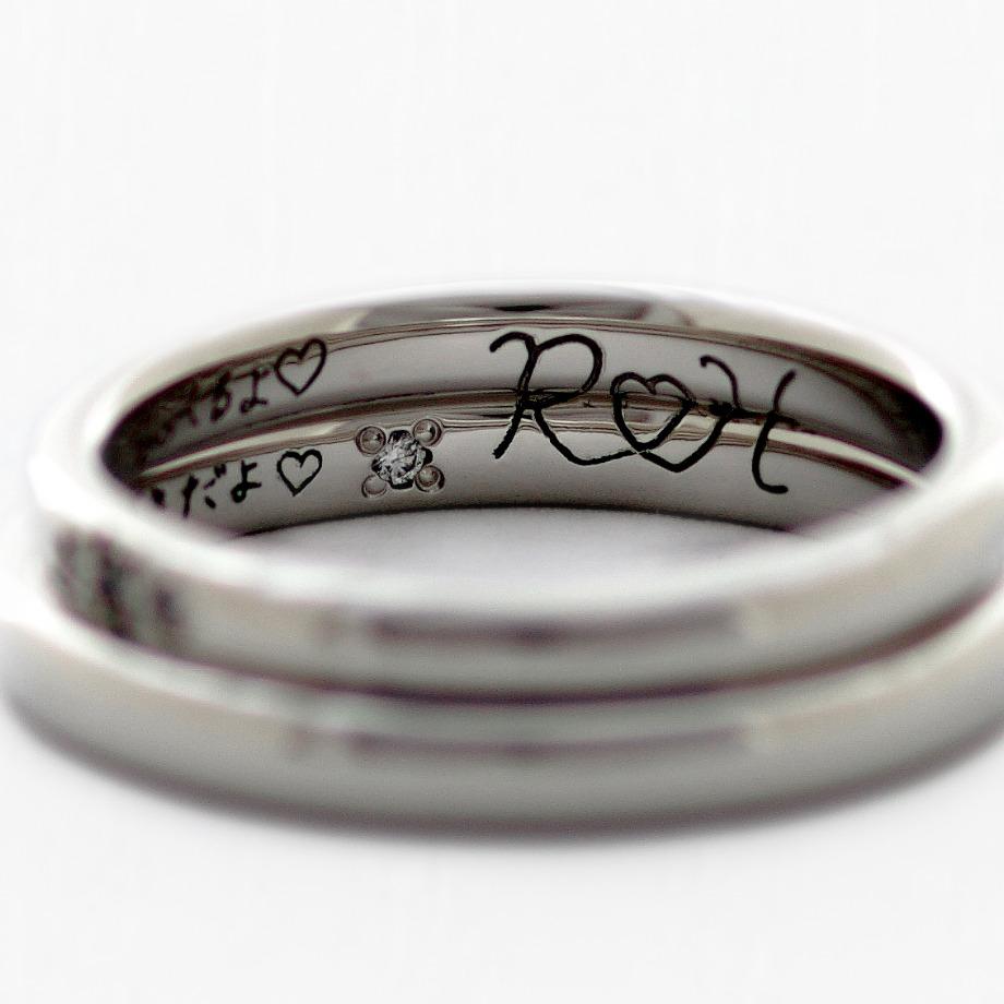 1本づつの手書き刻印+2本で1つになる手書き刻印:44,000円【実際に手書きした文字やイラストをそのまま指輪の内側に彫刻できるオプションです。お名前や記念日はもちろん、お相手への想いをご自身の文字で指輪に彫刻できます。】